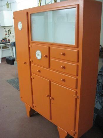 Una vecchia credenza anni 50 dipinta color arancio ed è subito very vintage