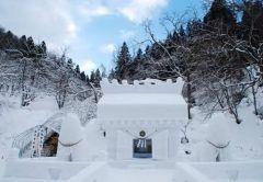秋田県湯沢市で毎年この時期に行われている犬っこまつりを見てきました 約400年続いている湯沢の民俗行事で雪で作ったお堂と犬っこが立ち並びます tags[秋田県]