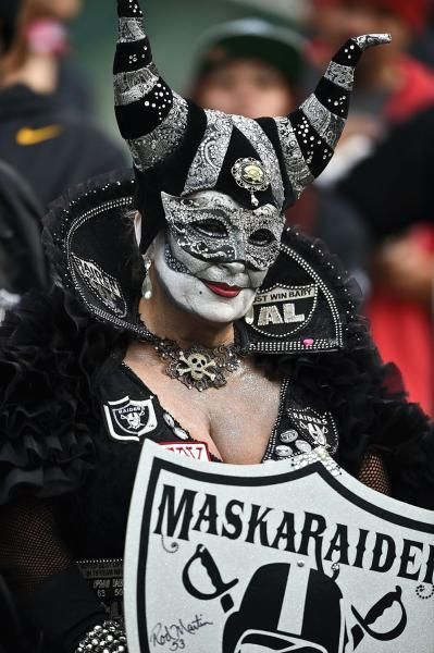 Oakland Raiders fan : NFL's craziest fans