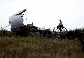 31-Jul-2014 8:45 - IN BEELD: RAMPPLEK NA 14 DAGEN. Twee weken na de vliegramp van de MH17 zijn de brokstukken van de Boeing nog niet volledig onderzocht door internationale experts. De deskundigen kunnen de rampplek nog steeds niet bereiken omdat het te onveilig is, maar journalisten krijgen soms wel toegang tot het gebied in Oost-Oekraïne. ANP-fotograaf Pierre Crom was gisteren bij de restanten van het gecrashte vliegtuig en maakte een fotoreportage. </p>...
