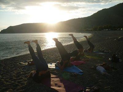 Forlæng sommeren med yoga på Kretas sydkyst | 12. september - 3. oktober 2017 - Efterårets yogaferie med Britt Søndergaard går igen til Kretas sydkyst, hvor du kan lade op med yoga under den blå græske himmel. Du kommer til at bo lige ned til stranden, hvor vi sammen dyrker yoga under åben himmel og mediterer til solen, der går ned i havet.