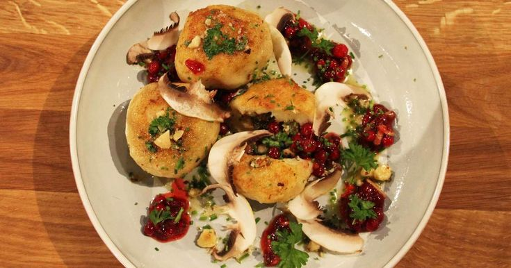 Klassiskt oklassiska kroppkakor med brynt smör, svamp, hasselnötter och lingon