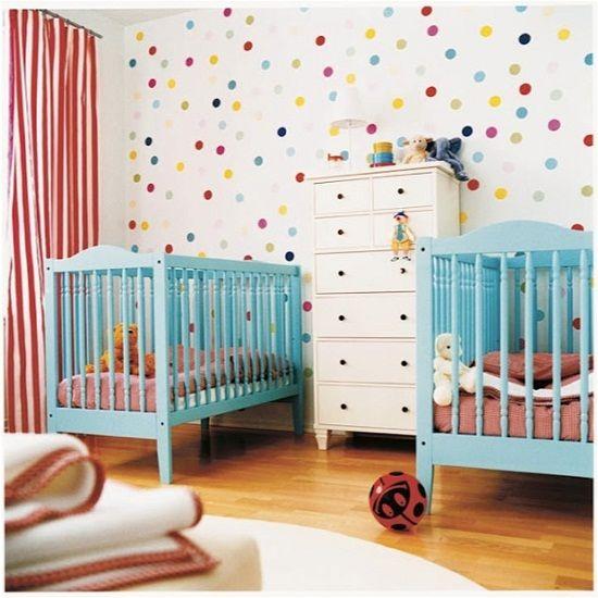 Quarto de bebê com parede de bolinhas