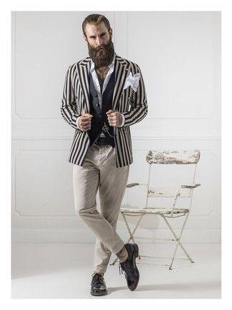 Perfecciona el look casual elegante en un blazer de rayas verticales beige y un pantalón chino beige. Zapatos brogue de cuero negros son una sencilla forma de complementar tu atuendo.