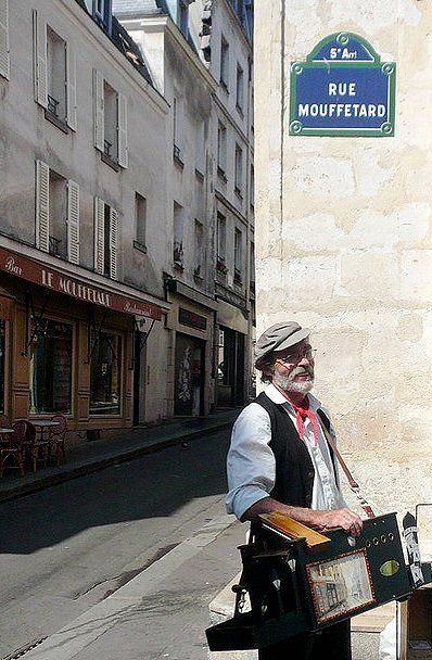 La rue Mouffetard, musicienne...  (Paris 5ème). En 1922, Hemingway est installé à Paris avec son épouse. Pour écrire, il loue une chambre dans un hôtel de la rue Mouffetard.