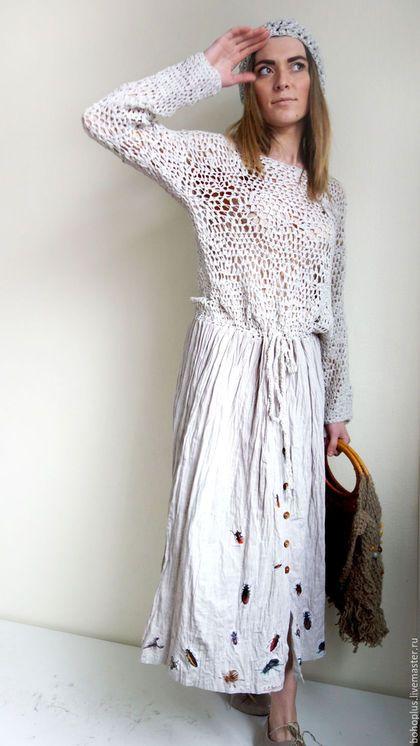 Купить или заказать Платье в стиле бохо ' Жужжание жуков' в интернет-магазине на Ярмарке Мастеров. Нежность облака в тебе, Свежесть, трепет как в реке. Как тебя не полюбить, Как с тобой себя забыть... Платье для любительниц бохо и всего необычного цвета светлого льна. Платье с вязаным лифом из ленточной пряжи льна с па, причем крючком и достичь неровной структурной вязки сложнее, когда привычка вязать ровно , и прямая свободная с имитацией с застежки на пуговицы юбка из итальянского л...