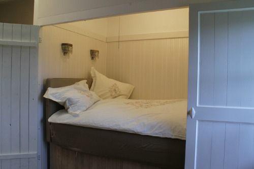 Een bedstee in de slaapkamer is knus en biedt veel opbergruimte en ruimtebesparing. Foto slaapkamer inspiratie van moderne bedsteden.