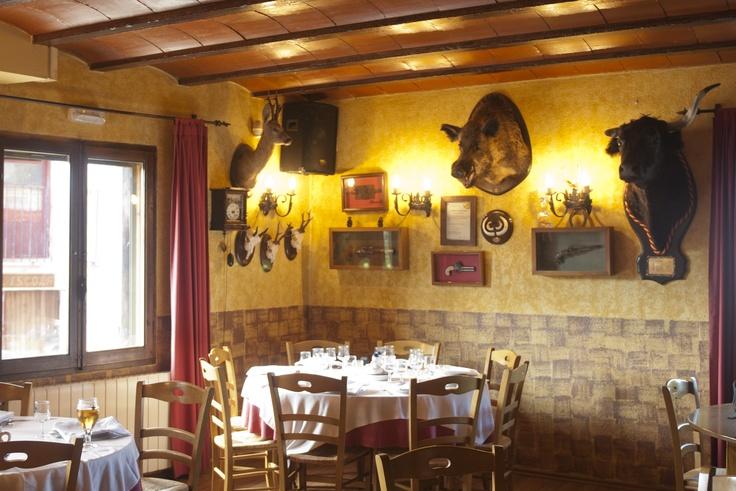 Imagen del Restaurante Hostatgeria Sant Jaume decorado de manera rústica y con encanto. Antiguo hotel de cazadores donde degustar cocina autóctona y tradicional con toques de autor
