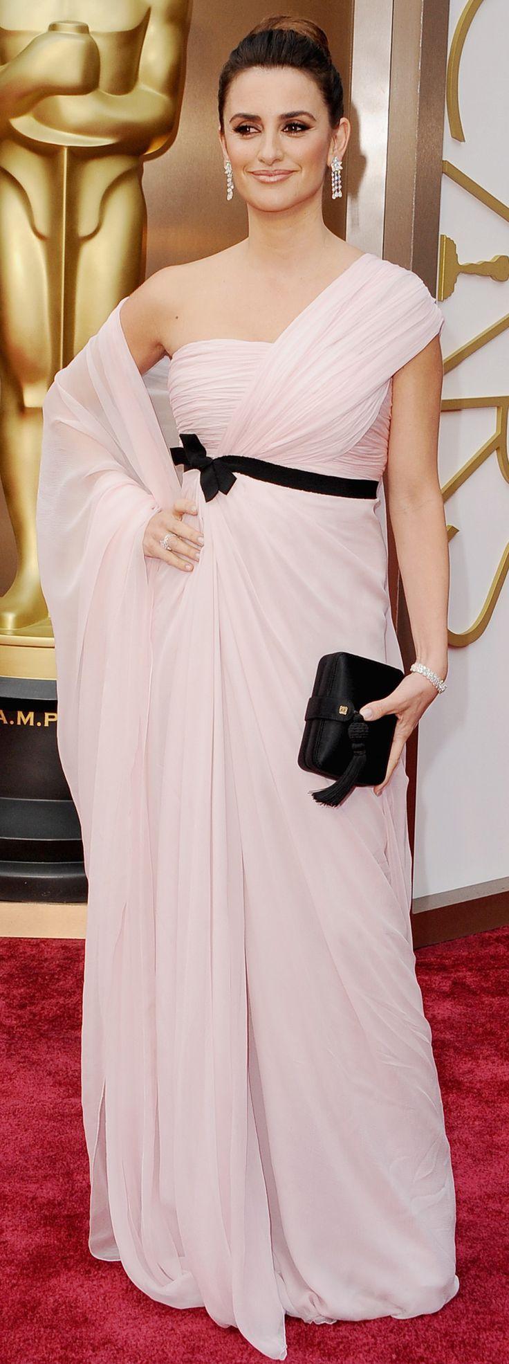 Penélope Cruz's in a blush-pink dress at the Academy Awards. #redcarpet #oscars