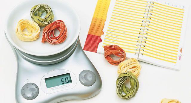 Diätwaage Kalorien abnehmen abzählen rechnen Diätwaage mit bunten Nudeln und Kalorientabelle  Nudeln Kohlenhydrate Kalorientabelle Nährwerte Närhwerttabelle Broteinheiten Kohlenhydrateinheiten BE KE
