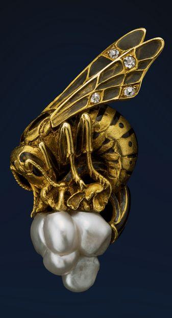 Art Nouveau bee brooch (jewellery), (?by Gautrait), France, 1900, gold, pearl, enamel.