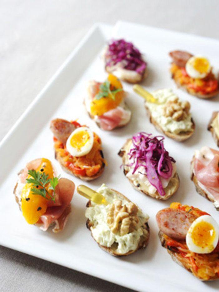 小ぶりのタルティーヌはひと口サイズで食べやすい。パーティに出すなら彩りを考えて盛りつけて。|『ELLE a table』はおしゃれで簡単なレシピが満載!