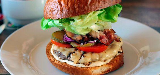 Гамбургер, чизбургер, фишбургер чикенбургер, веджибургер, тофубургер, гавайский бургер, Монте-Кристо бургер – рецептов бургера множество и некоторые из них можно с трудом найти даже в