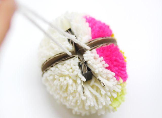 Cómo hacer pompones de flores con un fabricante de pompón de bricolaje
