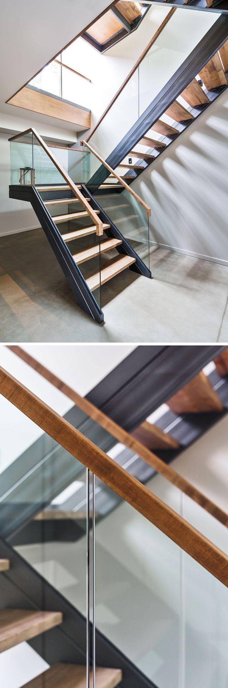 Эти лестницы в канадской домашнего использования дерева, стали и стекла, чтобы создать современный внешний вид.