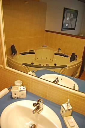 MADRID, RASCAFRÍA. Posada el Campanario. Alquiler habitaciones (o casa completa). Dispone de 10 dormitorios cada uno con su cuarto de baño (4 de ellos con #jacuzzi), amplio salón con chimenea, cocina y patio con #barbacoa. Ubicada en un sitio muy tranquilo, en el centro de #Rascafría. A 15 minutos de las #estacionValdesqui y #Navacerrada y a 15 minutos de la estación de #esquíDeFondo de #Navafria. #CasaRuralConJacuzzi