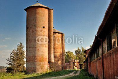 Azienda agricola con silos in disuso
