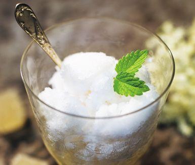 Grefve Pehrs äppelsorbet är en fräsch och sötsyrlig sorbetglass som du fryser i glassmaskin men om du inte har en sådan går det bra även i frysen. En utsökt och annorlunda efterrätt som gillas av både vuxna och barn.