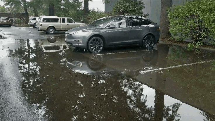 El futuro era esto: un hombre evita mojarse los zapatos convocando a su Tesla fuera de un charco https://es.gizmodo.com/el-futuro-era-esto-un-hombre-evita-mojarse-los-zapatos-1822442125