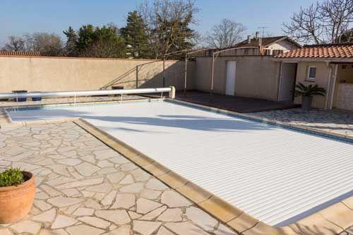 Volet de piscine hors sol : Les découpes d'escalier*  Nous vous proposons deux finitions pour vos découpes d'escalier : la finition equerre (1) et la finition en forme (2).   La solution en forme permet de suivre au mieux le profil du bassin, elle est en ce sens la plus esthétique. La finition en équerre est quant à elle la plus économique.