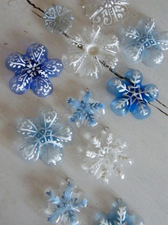 Fundos de garrafas pet se transformam em flocos de neve para decoração de Natal.: