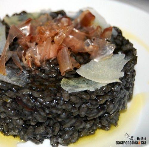 Arroz negro con parmesano y escamas de bonito