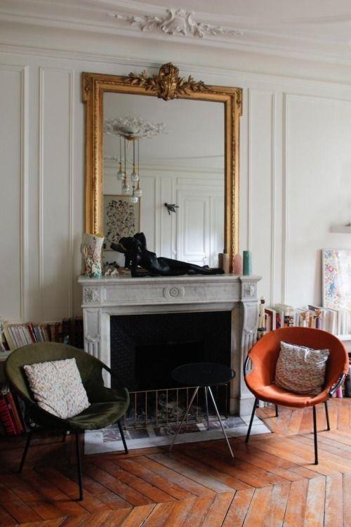 Французская классика: камин, зеркало, елка на полу