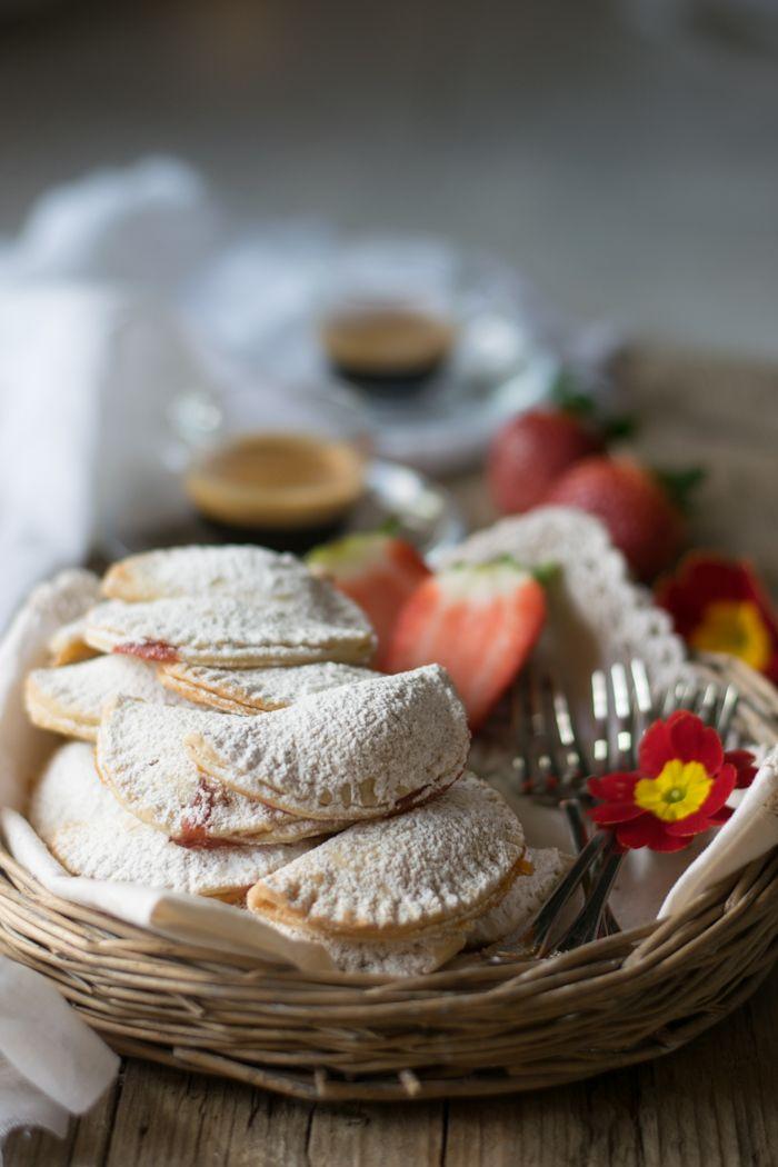 Mezzelune dolci farcite con marmellata di albicocche e pistacchi