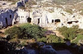 La necrópolis de cala morell es un conjunto de catorce cuevas que fueron usadas desde  el 1800 a. c. hasta el siglo II a. c.  Tiene en su interior columnas, patios frontales , ventanas ábsides y tarimas de diferentes tamaños.