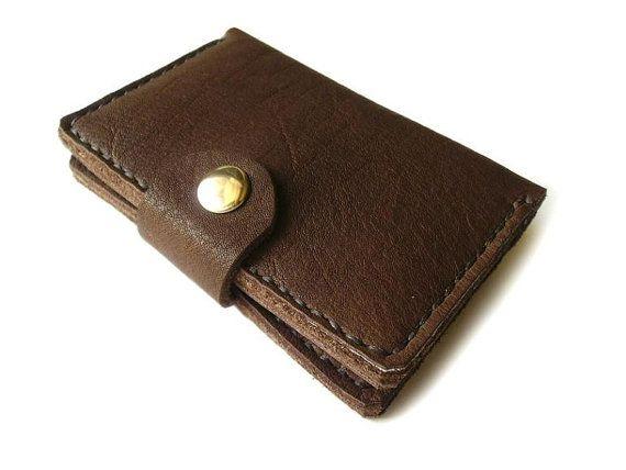 Borsa di cuoio fatti a mano con tasca porta monete - un modello eccezionale di una borsa da un colore di pelle naturale meraviglioso cioccolato. Incredibile in pelle color cioccolato, interessante struttura naturale, molto bello, morbido, spesso e nobile al tatto. Borsa piccola ma molto spaziosa. Ha 4 scomparti: 3 scomparti per carte di credito, soldi di carta, ecc. e 1 ufficio, che si chiude con una zip, per le piccole cose. Lintero contenuto di una borsa di cuoio sotto affidabile fibbia…