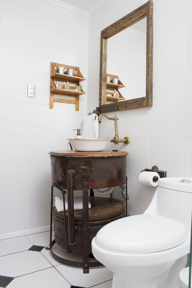 Los colgadores y porta papel son antiguas tapas de estufa hechas con técnicas de vaciado, donde se armada un molde y se vertía el hierro derretido. #baño #hotelboutique #chile #magallanes #travel #puntaarenas