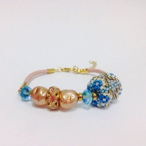 Blue seed beaded and leather bracelet от ItsMyBijouProject на Etsy