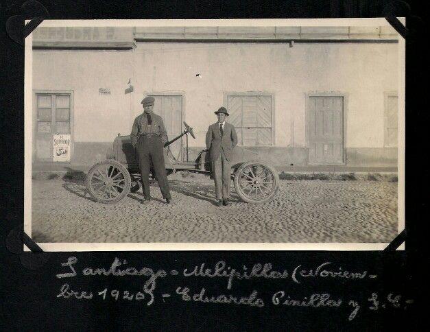 En un Ford T, en una empedrada calle de Melipilla. Se ve el aviso de Te Superior, antecesor de Te Supremo (1920)