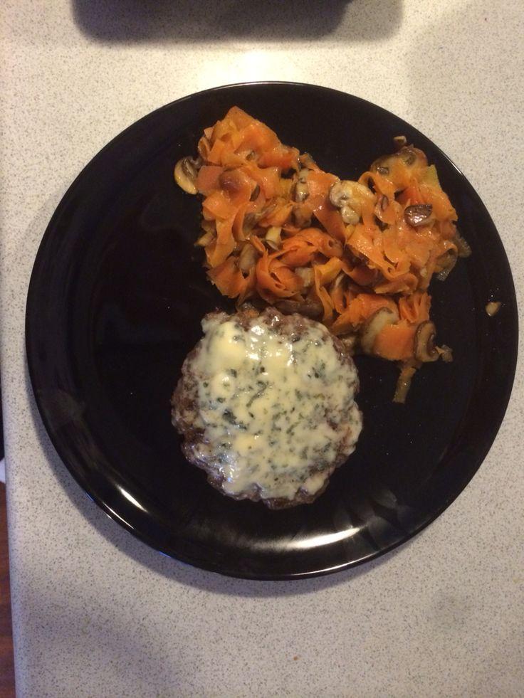 Blue cheese hakkebøf med gulerodspasta og stegte brune champignon.