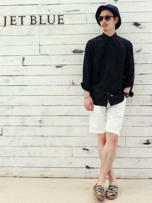 白ショートパンツと黒シャツのメンズコーディネート