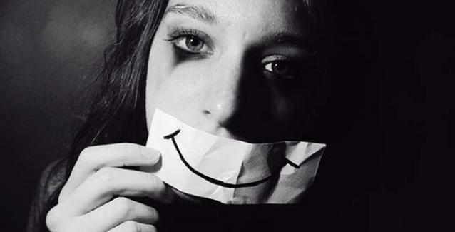 """Ένα άτομο με κρυφή κατάθλιψη συχνά δεν θέλει να παραδεχτεί τη σοβαρότητα των καταθλιπτικών συναισθημάτων του.  Πιστεύει ότι αν συνεχίσει τη ζωή του """"κανονικά"""", η κατάθλιψη θα υποχωρήσει από μόνη της. Σε μερικές περιπτώσεις, αυτό μπορεί να λειτουργήσει. Αλλά κάτι τέτοιο είναι σπάνιο. Η αντιμετώπιση της κατάθλιψης μέσω της απόκρυψης των αληθινών συναισθημάτων είναι ο τρόπος που πολλοί από εμάς επιλέγουν να εφαρμόζουν, επειδή έτσι έχουν μάθει από μικρά παιδιά. Να μην μιλάνε δηλαδή ανοι..."""