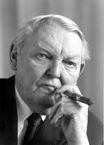 Ludwig Erhard (1897–1977) studierte Betriebswirtschaftlehre an der FAU und gilt als Vater des deutschen Wirtschaftswunders. Seine politische Karriere begann 1945 als Wirtschaftsminister im bayerischen Kabinett. Von 1949 bis 1963 war er Bundeswirtschaftsminister, 1963 ist er zum Bundeskanzler als Nachfolger Konrad Adenauers gewählt worden. – Marianne Ray