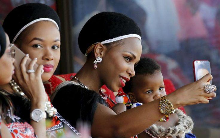 Δυο από τις δεκαπέντε. Ωραίο γούστο  πρέπει να έχει ο βασιλιάς Mswati της Ζουαζιλάνδης. Αν κρίνει κανείς από τις μόλις  δυο εικονιζόμενες συζύγους του (σε σύνολο δεκαπέντε), τότε σίγουρα ξέρει να εκτιμά την ομορφιά του ωραίου φύλλου. Η φωτογραφία είναι από τον ετήσιο χορό των εφήβων κοριτσιών της χώρας που παρουσιάζονται στην Βασιλομήτορα  και φυσικά είναι μια καλή αφορμή ανάμεσα στα κορίτσια να διαλέξει μια ακόμη σύζυγο ο Βασιλιάς αν το επιθυμεί! REUTERS/Siphiwe Sibeko