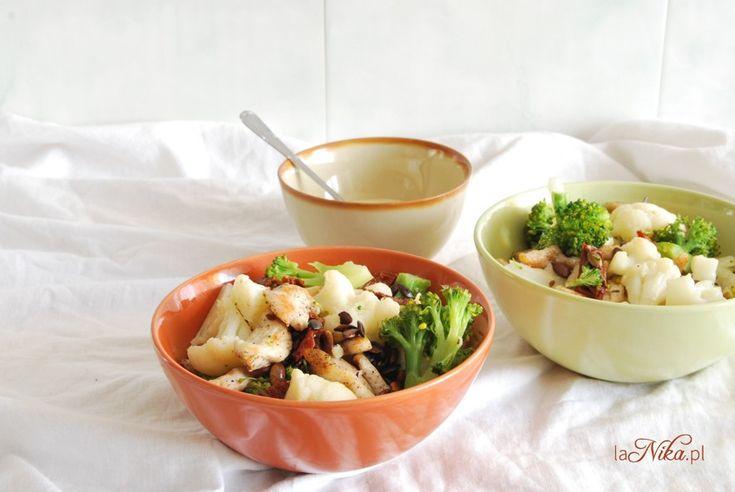 Sałatka z brokułem, kalafiorem, kurczakiem, suszonymi pomidorami i pestkami dyni