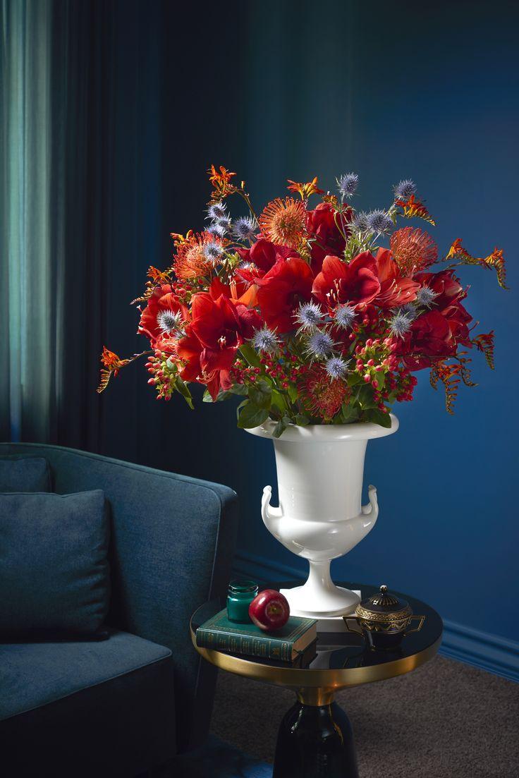 """BLOOMY DAYS X KPM LIMITED EDITION #1 - Passend zum Fest der Liebe treffen unsere frischen und saisonalen Bouquets und das stilprägende Design der Königlichen Porzellan-Manufaktur Berlin zum ersten Mal aufeinander. Sichern Sie sich ein einzigartiges Weihnachtsgeschenk für Ihre Lieben - mit einem Blumenabonnement inklusive der limitierten Mini-Edition des Vasenklassikers """"Halle""""."""
