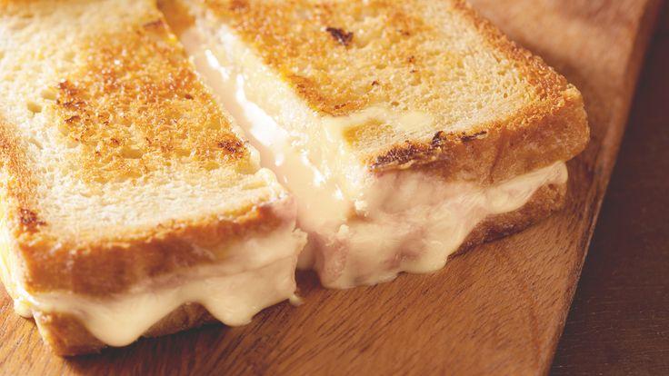 アメリカにおいて、元祖ホットサンドといえば「グリルドチーズサンド」でしょう。映画やドラマのワンシーンでもたびたび登場する、とろ〜りとろけるチーズをこんがり焼いたパンにはさんだだけのサンドイッチ。アメリカ人のソウルフードです。飾りっ気のないこの料理、それでも彼らが最もこだわるのがチーズです。この定番中の定番ともいえるサンドイッチ、一般的にチーズはチェダーやゴーダが用いられていますが、これをカマ...