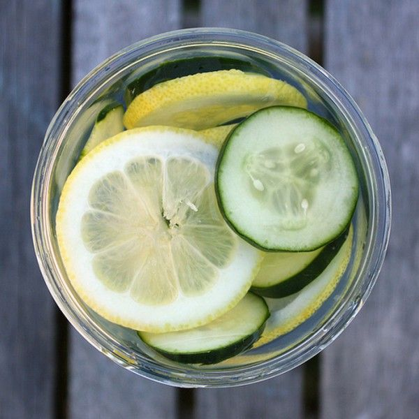 Fat Flush Water Recipe - Refreshing fat flush water is actually just plain water enriched with herbs that effectively remove fat from the body.Besides melting pounds, this drink also positively affects digestion and reduces bloating. | www.healthyfoodhouse.com