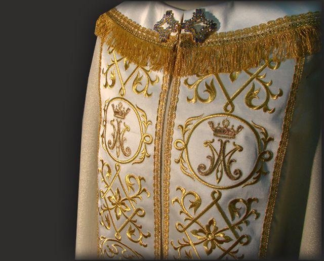 Disegni barocchi nel ricamo, per un paramento moderno. Baroque embroidered pattern for modern cope.