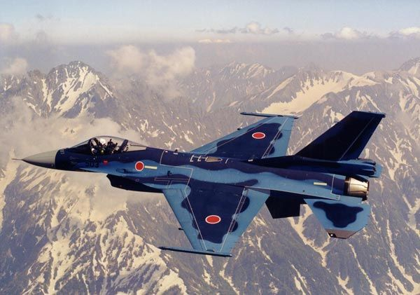 飛行する航空自衛隊のF2戦闘機。 F2は米国のF16戦闘機をベースに開発され、全長15.5メートル、全幅10.8メートル。最大速度はマッハ2.0。固定武装は20ミリバルカン砲1門