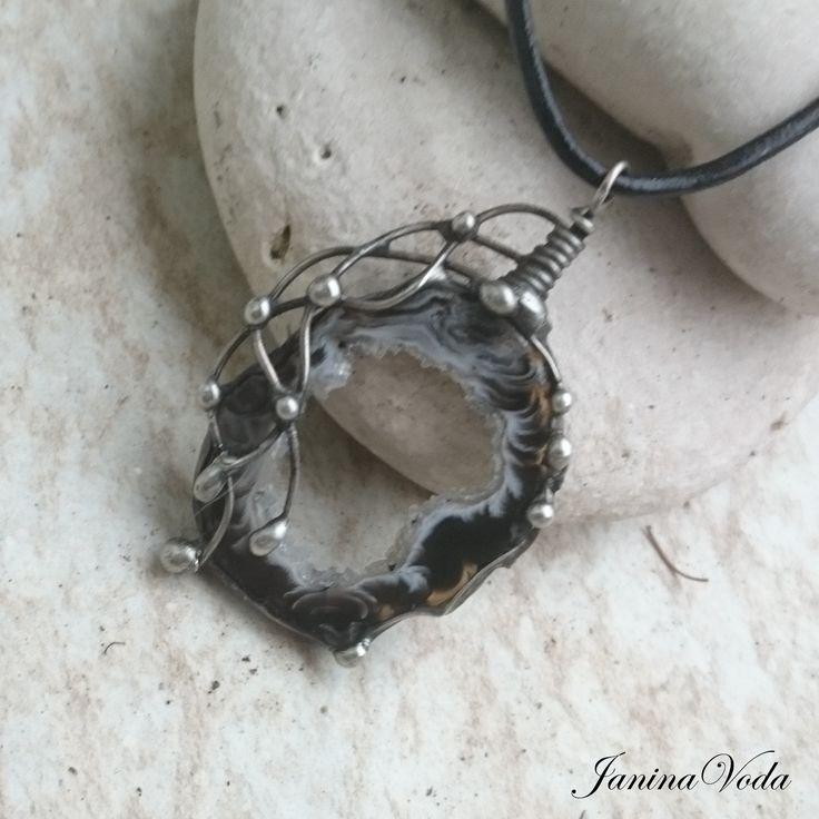 THeOFaNia+náhrdelník+Cínovaný+patinovaný,+leštěný+náhrdelník+z+krásně+vykresleného+plátku+achátu+peříčkového.+Náhrdelník+je+patinovaný,+leštěný+a+ošetřený+antioxidačním+přípravkem.+Velikost+šperku:+výška+5cm,+šířka+cca+3,2cm,+Použitý+materiál:+pocínovaný+měděný+drát,+bezolovnatý+pájka+-+cín+se+stříbrem.+Náhrdelník+zavěšený+na+kůži,...