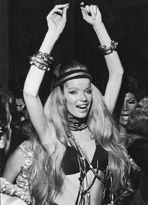 Veruschka à Rio en 1969, headband, cheveux 60's, bijoux hippie