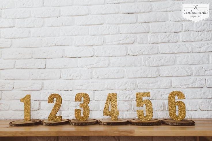 Wedding table numbers with goldglitter, table numbers of wood. Table decor. / Brokatowe, złote, numery stołów na drewnianym plastrze