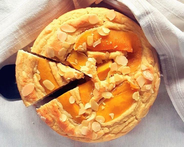 Una torta perfetta per colazione in cui la farina d'avena si incontra con lo yogurt al cocco, il mango e le mandorle, in un connubio di gusti esotici