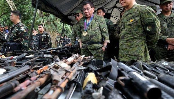 Le président philippin Rodrigo Duterte inspecte les armes à feu avec Eduardo Ano, chef d'état-major des forces armées, lors de sa visite au camp militaire de la ville de Marawi, au sud des Philippines le 20 juillet 2017.    Foto: Reuters
