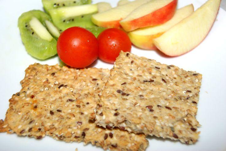 Hjemmebagt knækbrød smager fantastisk godt, det er nemt at lave, billigt og børnene elsker det. Ingredienser til 2 bageplader knækbrød: 1 dl havregryn 1 dl sesamfrø 3 dl 5-korns blanding (eller andre kerner/korn, brug hvad i har hjemme) 3,5 dl speltmel eller hvedemel 2 tsk. salt 1 tsk. bagepulver 2...
